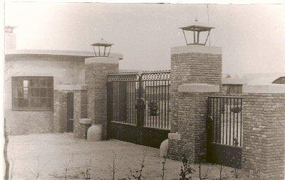 1916 - 1941          Poort met portiersloge geschonken door personeel en directie  t.g.v. 25jarig jubileum