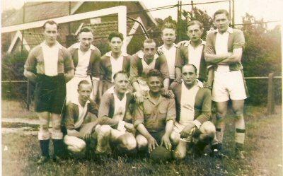 1950  EDY-voetbalteam,     terrein :  Tellegenlaan  staand v.l.n.r.: Wim Schoolderman, Jan Beumer, Hans Vleem, Jan Plant, .....Derksen, Marinus Fukking,   .............,                                                                                            zittend v.l.n.r.: Martin Koeman, Dick Leenen, Jaap Koeman, Jos van Essen.