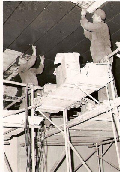 1967   De Edy voorziet de IJ-tunnel in Amsterdam vangeëmailleerde gevel-panelen,             links Willem Pieper, rechts Johan van Essen
