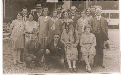 1930    Jongens- en meisjesvereniging   staand v.l.n.r.:..........., Job de Vos,........, ds.J.W.C.Ort,  Hendrika de Vos-Aalders,Aaltje Emperpoll, Teunus Burgers, Hentje Emperpoll, Willem Aalders, Anna Uenk,.........., Bertus Wijers, Hendrik Aalders, (koster)                                                                                zittend v.l.n.r.: ......., Hendrik Aalders,(bakker)  Mevr.Ort,       Mies Egbers