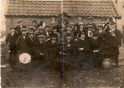 1924  achterste rij v.l.n.r.: Evert van Zon, Jan Leenen, Bertus Luimes, Derk Hummelman, Jan Bruntink, Carel van Schaik.                                                                                middelste rij staand v.l.n.r.: Gerrit Th.Weenink, Gerrit Leenen, Derk Pijpenbroek, Dries Thijssen, Hendrik Hummelman,..........., Hendrik van de Velden, Epke Emperpoll, Bart van Zon sr. ,..........., Albert Kl.Gotink, Bart van Zon jr., Gerrit Elissen,                                                                                                               zittend v.l.n.r.: Lammert Bruntink, meester Winterwerp, H.Carels,G.J.Struik