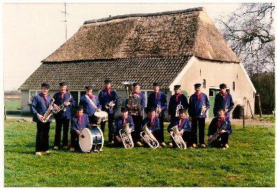 """1983  \""""De Kwekschudders \""""  voor de boerderij \"""" d \'Olde Stee \""""  staand v.l.n.r.:  Joop Jansen, Herman Wassink, Jan Bruntink, Henk Jansen, Piet Key, Gerard Hummelman, Jan Weenink, Appie Kl.Gotink, Erwin Hummelman.                                                                                    zittend v.l.n.r.: Jo Veldhuis, Bertus Gerritsen, Dick Leenen, Dick Wassink, Carl Eskes"""