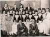 """1939   Revue \""""Met frisse moed gaan we weer verder \""""   bovenste rij v.l.n.r.: D.Sierdsma-Haversman, H.Sierdsma, C.van Schaik,       H.Brouwer,                                                                                                middelste rij v.l.n.r.: R.Geergigs, C.Bierhof, J.Curré, D.Wissink, G.Hoekman, R.Eskes, D.Weenink, M.Sierdsma, C.Egbers, A.Luimes, R.Hummelman, D.Sierdsma, J.Kl.Gotink, H.Curré,  voorste rij \""""H.Luimes, J.Bruntink"""