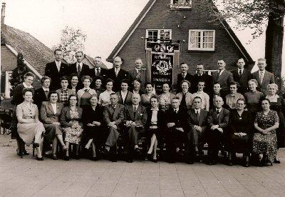 """1956 30 jaar """"Ons Genoegen """" bovenste rij v.l.n.r.: Bennie Roelofs, Tinus Veldhuis, Piet Zweers, Jan Wassink, Hendrik Bierhof, Berend Wilbrink, Reinder Nachtegaal, Piet Roelofs, Gerrit Luimes, Dirk Koopman. 2e rij v.l.n.r.: Grada Westerveld-Panhuis, Sientje Lebbink-Kip, Hertha Wijers-Huster, Corrie Evers Jansen-v. Essen, Annie Smeiting-Sangers, C.Sangers-Bolderman, Bertha Materman-Bierhof, Annie Hissink-Sangers, Mies v.Essen-Jansen, Rikie Geerdink-Reugenbrink, Catrien v.Tent Beeking-Bierhof, Jannie Spiegelenberg-Lentink, Dina Jansen-Westerveld, Annie Boon-Bierhof, Gerrie Baan-Westerveld, Grada Sierdsma-Nusselder, S.de Leijser-Goossen. 3e rij v.l.n.r.: Marie Milius-Verra, Reina v/d Theems-Geerligs, Coba Cornelissen-Bierhof, F.v. Brummen-Wendt, Cees Westerveld, Marius Koerselman, Dot Koerselman-Schoenmaker, Teunis Egbers, Gerard Vaags, Jan Romijn, J.Roelofs-Vervoorst, J.Egbers-Veldhuis."""